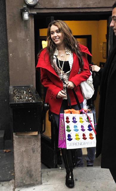 miley2 Miley Cyrus s priateľom na nákupoch