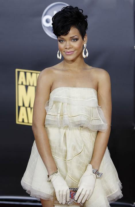 r1 Rihanna na American Music Awards: V záclone a punk rockovom korzete