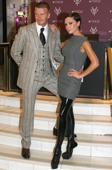 victoriabeckham 011008 Victoria Beckham: Ako chodiť na topánkach bez opätkov a nezabiť sa?