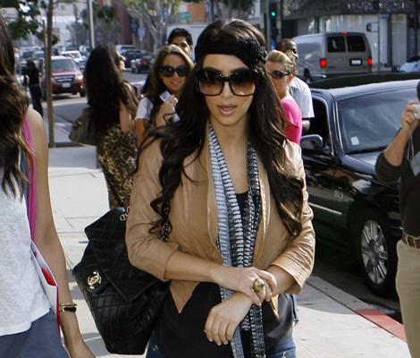kim kardashian 00 Kim Kardashian v maxi okuliaroch a roztrhaných džínsoch je na roztrhanie