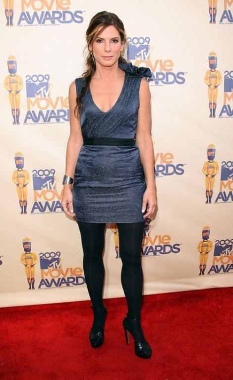 mtv movie awards sandra bullock 470x764 MTV Movie Awards 2009: Minišaty, dobrý look, preklepy a Bruno ako bonus