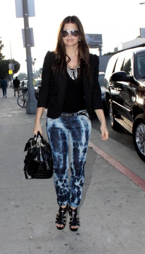 fergie tye dye jeans 3 470x823 Vyrobte si (staro)nový trend: Plesnivé džínsy
