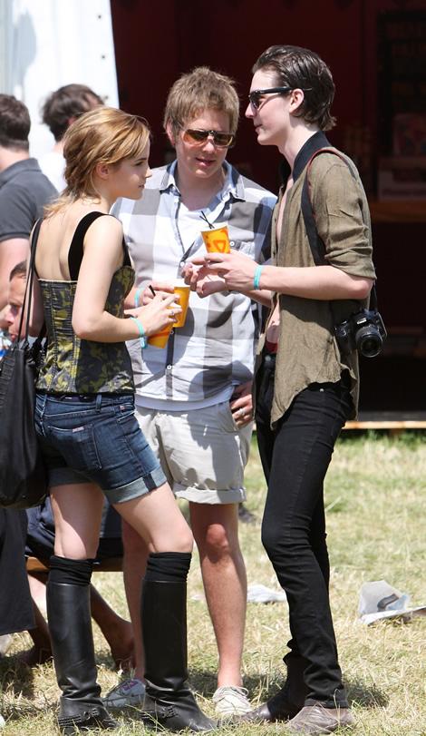 emma glastonbury 07 Emma Watson a Katy Perry: Oblečené na festival v značke Louis Vuitton