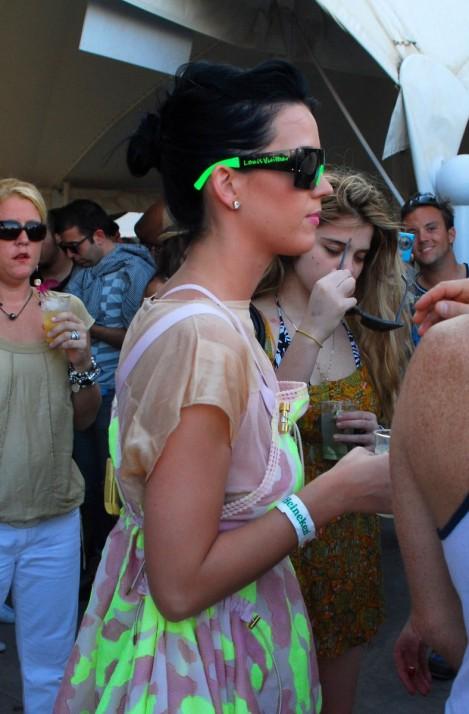 katy coachella 06 469x714 Emma Watson a Katy Perry: Oblečené na festival v značke Louis Vuitton