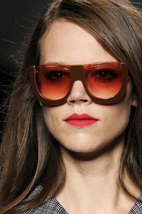 fendi sunglasses ss2011 3 470x706 Fendi pod okuliarmi oči neskrýva, zato matné pery majú hlavné slovo