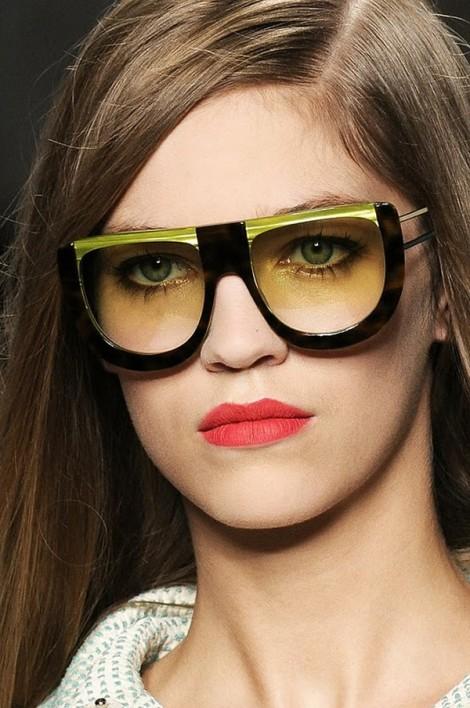 fendi sunglasses ss2011 4 470x708 Fendi pod okuliarmi oči neskrýva, zato matné pery majú hlavné slovo