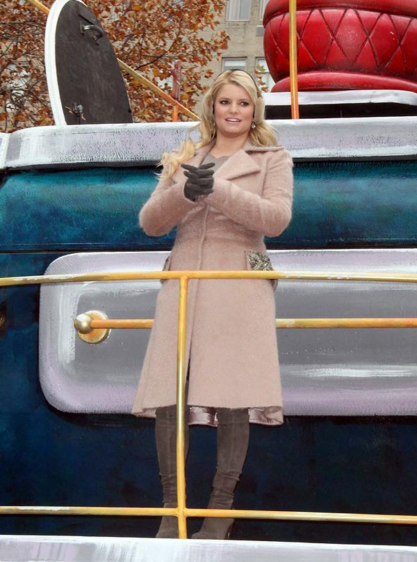 jessica simpson Celebrity v kabátikoch a kabátoch na Deň vďakyvzdania a Čierny piatok