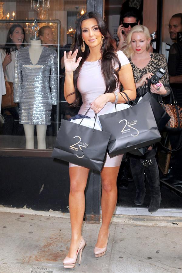 kim kardashian Celebrity v kabátikoch a kabátoch na Deň vďakyvzdania a Čierny piatok