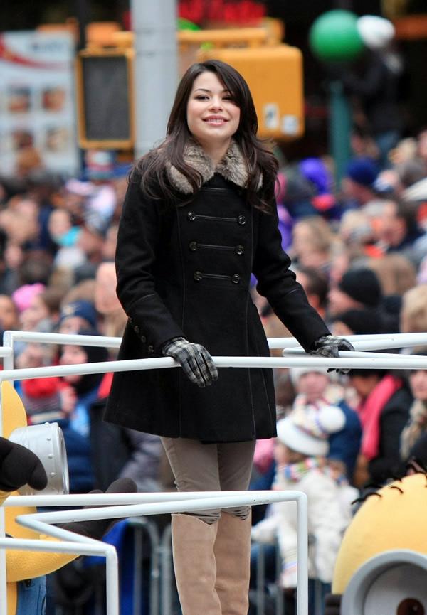 miranda cosgrove Celebrity v kabátikoch a kabátoch na Deň vďakyvzdania a Čierny piatok