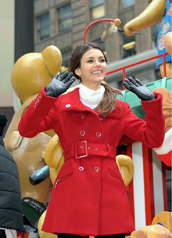 victoria justice Celebrity v kabátikoch a kabátoch na Deň vďakyvzdania a Čierny piatok