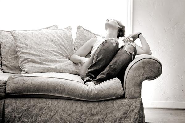 jeans Úvodník, apríl 2011: Prečo sa zrelé ženy obliekajú ako tínedžerky a ja som roky nenosila džínsy