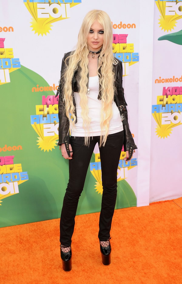 taylor momsen kca 2011 orange carpet 05 Kids Choice Awards 2011: Zlaté deti Los Angeles