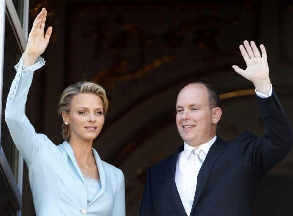 122792 newlyweds prince albert ii of monaco and princess charlene wave on the 600x441 Kate Moss a Charlene Wittstock povedali áno v dizajnérskych šatách