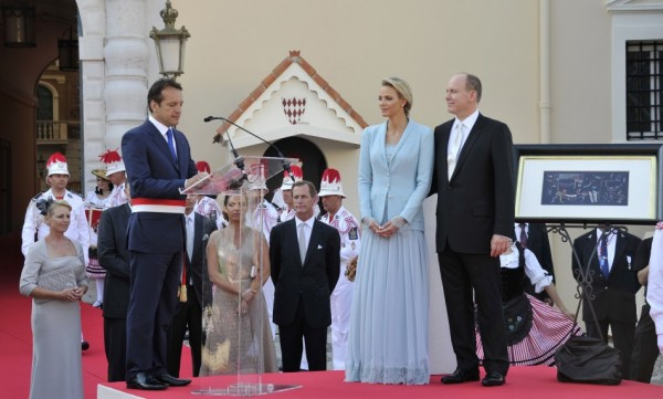 122798 the mayor of monaco georges marsen speaks to the prince albert ii of m 600x361 Kate Moss a Charlene Wittstock povedali áno v dizajnérskych šatách