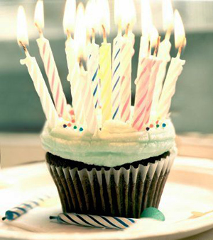 the birthday cupcake by instantvoodo Stajl sfukuje tretiu sviečku na torte