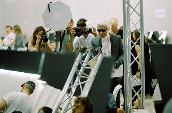 a Ako vyzerali prípravy a modely z módej prehliadky Chanel jar/leto 2012
