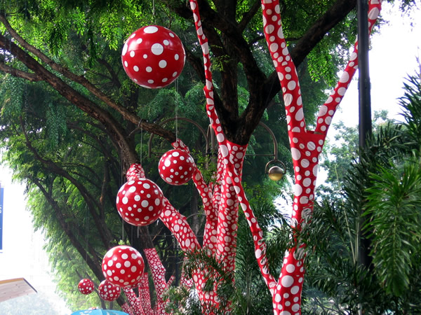 Orchard Road 5 Singapore Biennale 2006 Oct 06 Klasické značky doplnia nekonvenční umelci