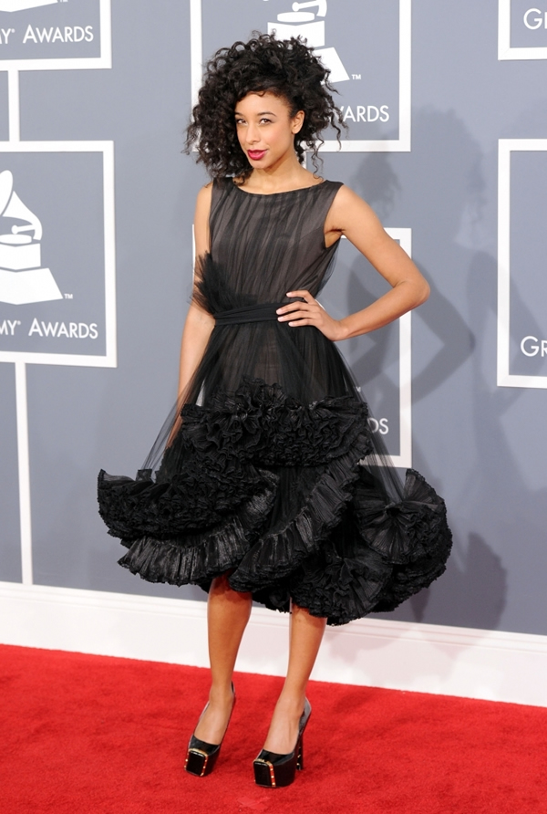 Corinne Bailey Rae Worst Dressed Celebs at 2012 Grammy Awards 2 689x1024 Grammy Awards 2012: Čierny smútok za Whitney
