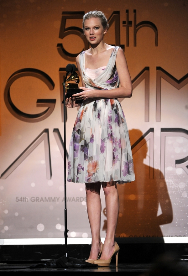 Taylor Swift Accepts Award At 2012 Grammys 697x1024 Grammy Awards 2012: Čierny smútok za Whitney