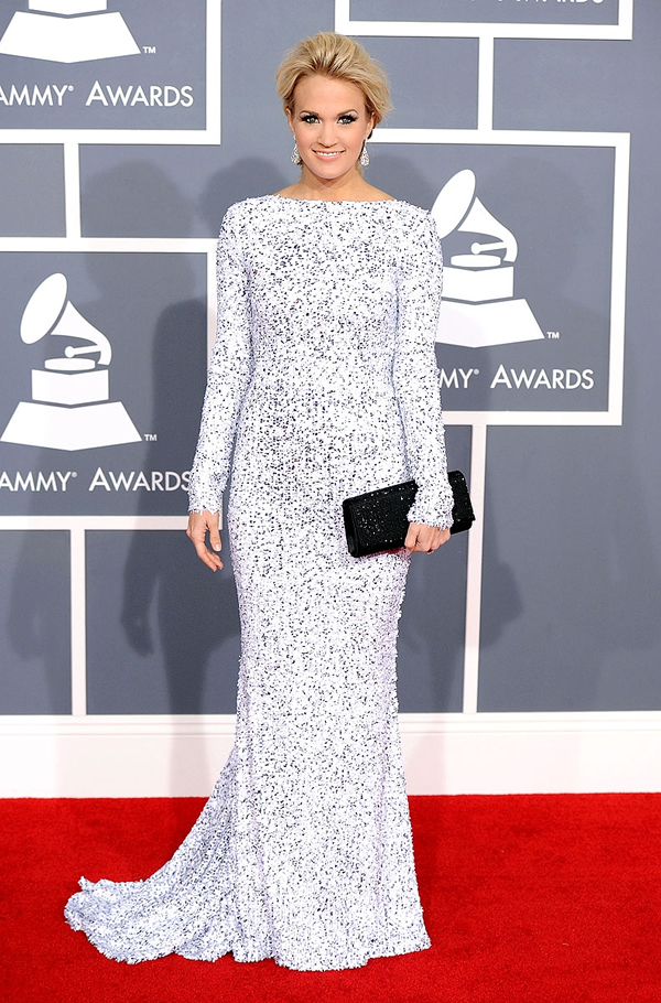 carrie underwood grammys 2012 red carpet 04 Grammy Awards 2012: Čierny smútok za Whitney