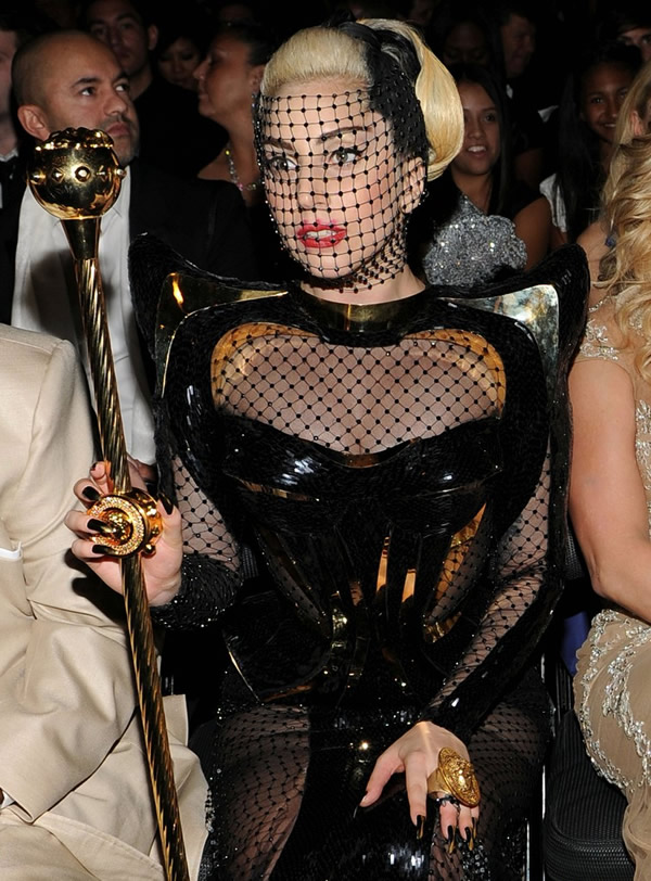 lady gaga grammy awards 2012 fisnet 07 Grammy Awards 2012: Čierny smútok za Whitney