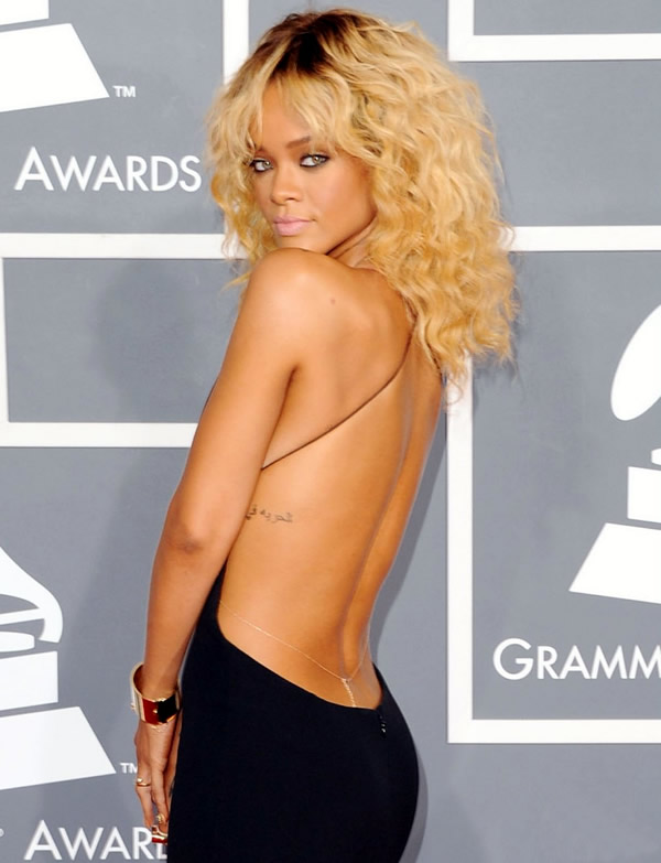 rihanna grammy awards 2012 01 Grammy Awards 2012: Čierny smútok za Whitney