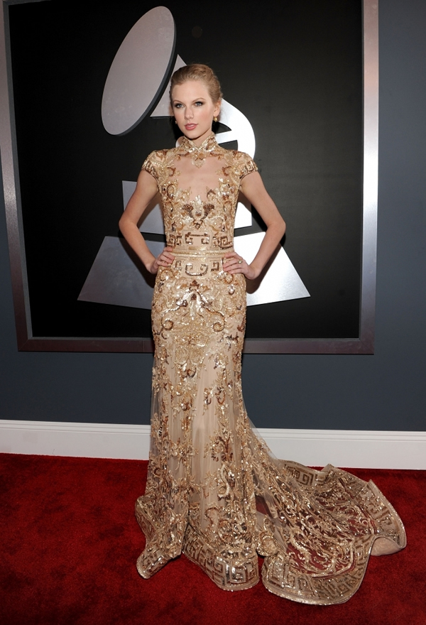 taylor swift Trend Spotting Glittery Gowns at 2012 Grammy Awards 7 435x580 Grammy Awards 2012: Čierny smútok za Whitney