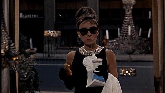 h2 Prečo milujeme šaty z filmu Raňajky u Tiffanyho?