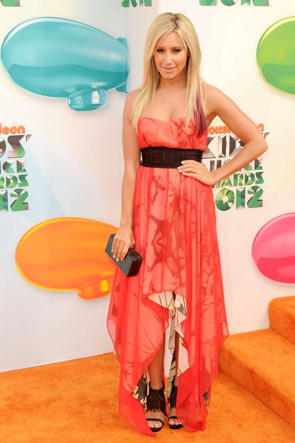 ashley tisdale Kids Choice Awards 2012: Oranžový koberec plný veselých farieb, odhalených nôh a zlatých šperkov