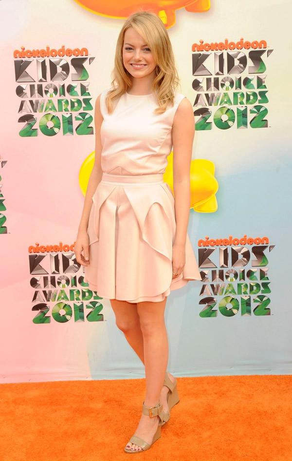 emma stone Kids Choice Awards 2012: Oranžový koberec plný veselých farieb, odhalených nôh a zlatých šperkov
