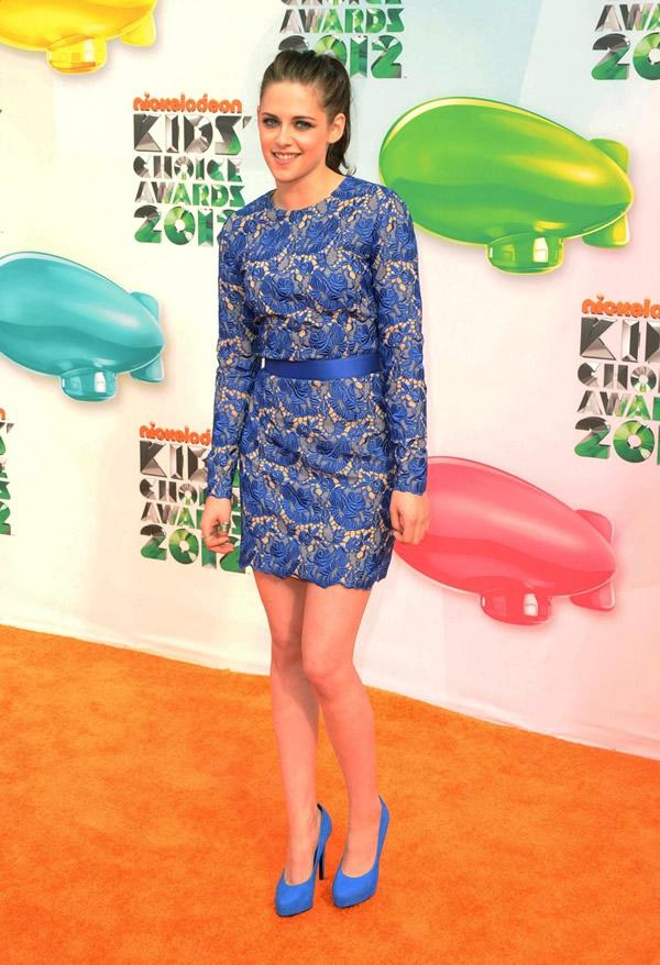 kristen stewart Kids Choice Awards 2012: Oranžový koberec plný veselých farieb, odhalených nôh a zlatých šperkov