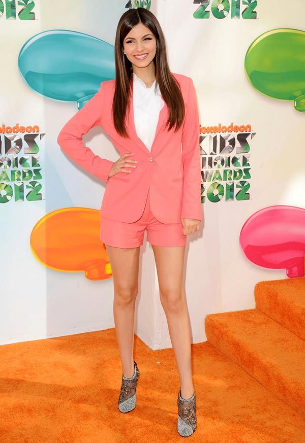 victoria justice Kids Choice Awards 2012: Oranžový koberec plný veselých farieb, odhalených nôh a zlatých šperkov