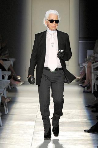 00660m Chanel couture jeseň 2012: Revolúcia sa nekoná