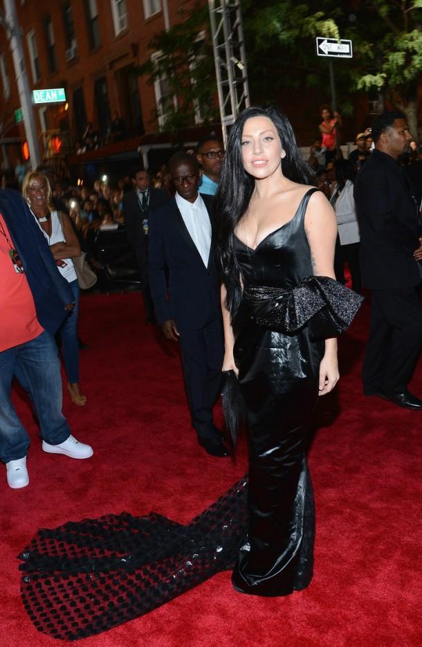 lady gaga mtv vmas 2013 red carpet 01 610x935 Najlepšie a najhoršie outfity týždňa