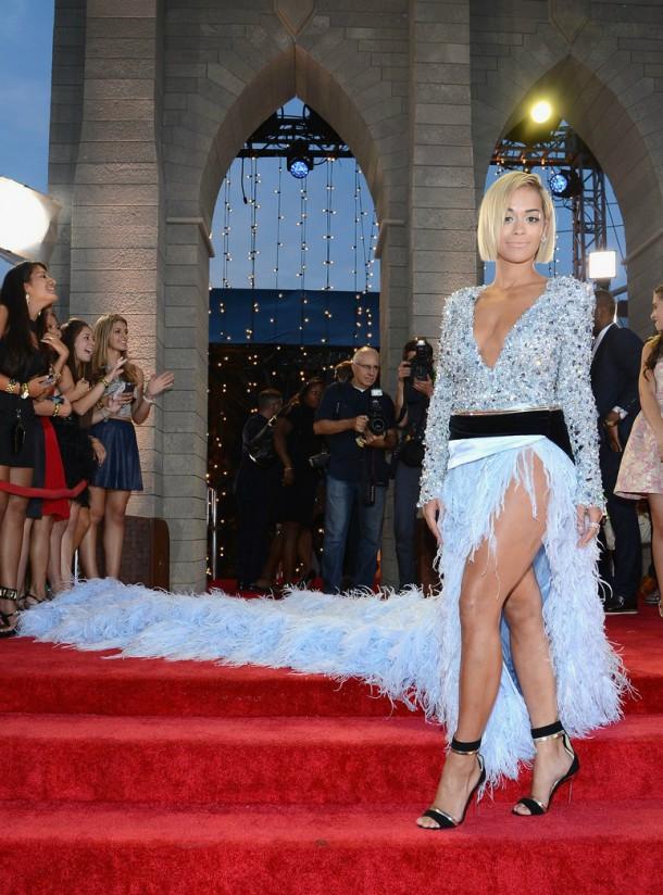 rita ora mtv vmas 2013 red carpet 05 610x824 Najlepšie a najhoršie outfity týždňa