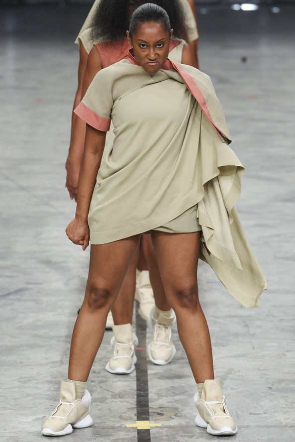 00110h 592x888 Rick Owens jar/leto 2014 RTW: Girl power