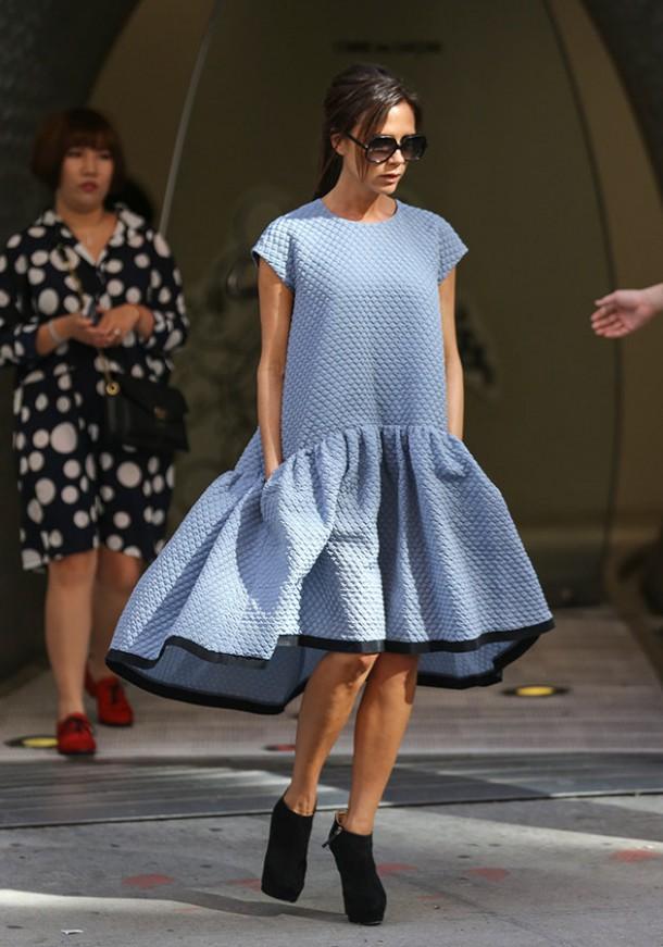 d2d54bc5 57a5 4ff3 8adb 44cfa00c2dfe victoria beckham ss14 dress new york fashion week pictures 610x871 Najlepšie a najhoršie outfity týždňa