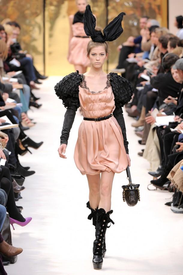 00300fullscreen 610x914 Najlepšie fashion show momenty Louis Vuitton