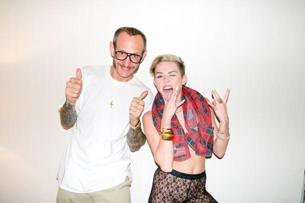 Miley Cyrus Terry Richardson 2013 02 610x407 Terry Richardson   génius bez hraníc, alebo slizký perverzák?