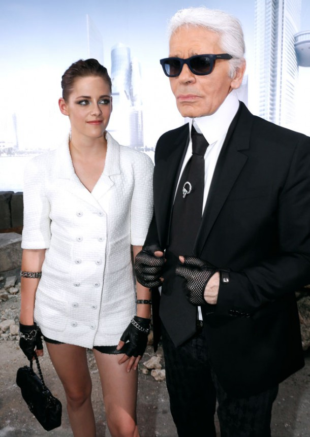 Kristen Stewart Channels Karl Lagerfeld At The Chanel Couture Show 3 0 610x861 Kristen Stewart si zahrá kovbojku v štýle Chanel