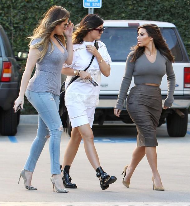 Kim and Khloe Kardashian with Kylie Jenner 3 610x662 Najlepšie a najhoršie outfity týždňa