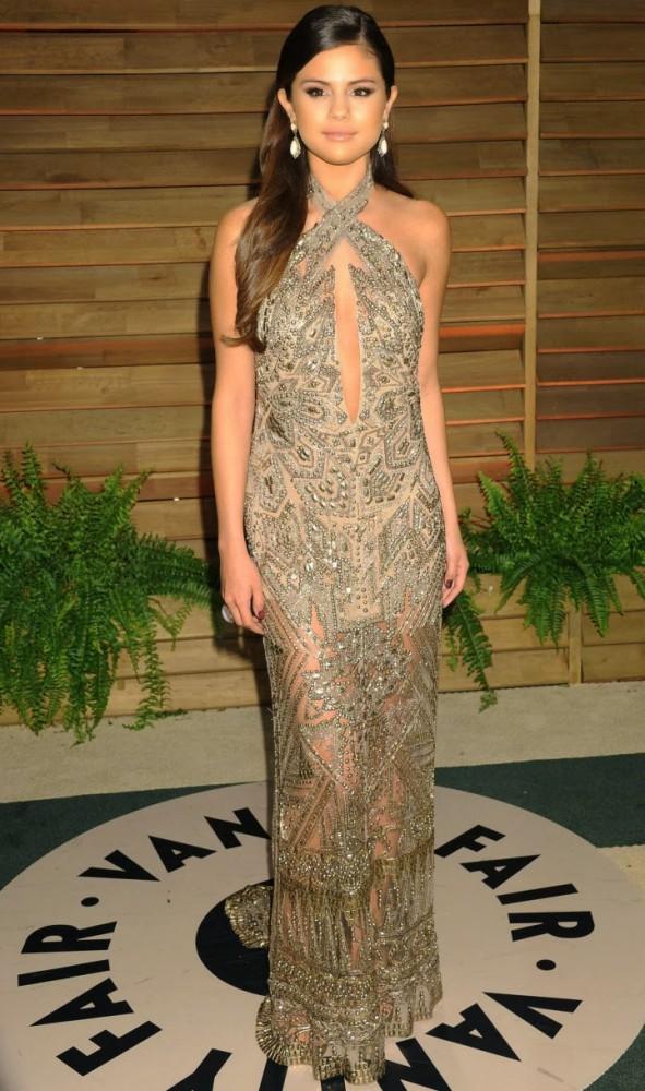 Selena Gomez Oscar 2014 Vanity Fair Party 02 591x1000 Najlepšie a najhoršie outfity týždňa /Oscary 2014/