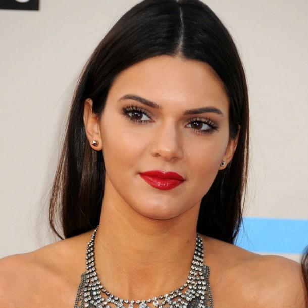 kendalljenner 291213 610x610 Kendall Jenner mieri na svetové móla a titulky