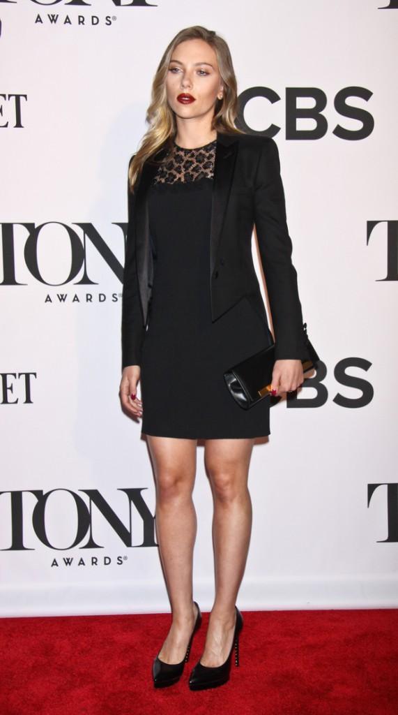 Scarlett Johanssontony awards 2013 red carpet 10 571x1024 Hviezdy, ktoré milujú Le Smoking