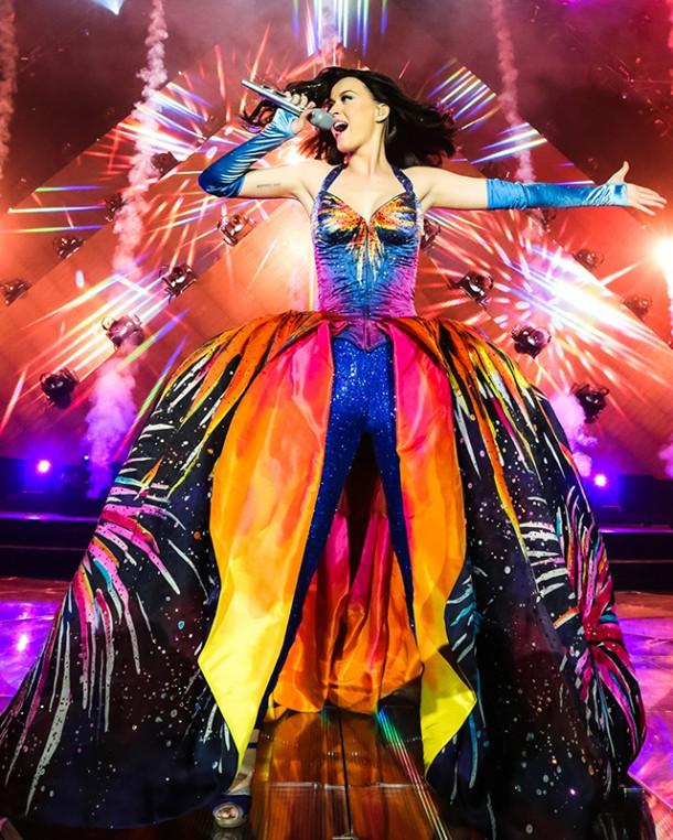 Katy Perry in Todd Thomas Prismatic World Tour 610x762 Turné Katy Perry je prezentáciou dizajnérskych kostýmov