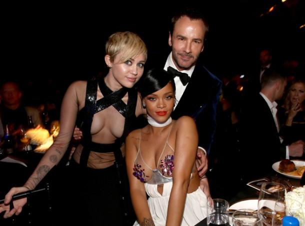 miley cyrus rihanna amfar 610x453 Miley Cyrus a Rihanna sa predháňajú v odhaľovaní