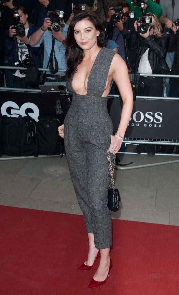 Daisy Lowe 2014 GQ Men of the Year Awards 04 608x1000 Ako (ne)nosiť hlboké výstrihy