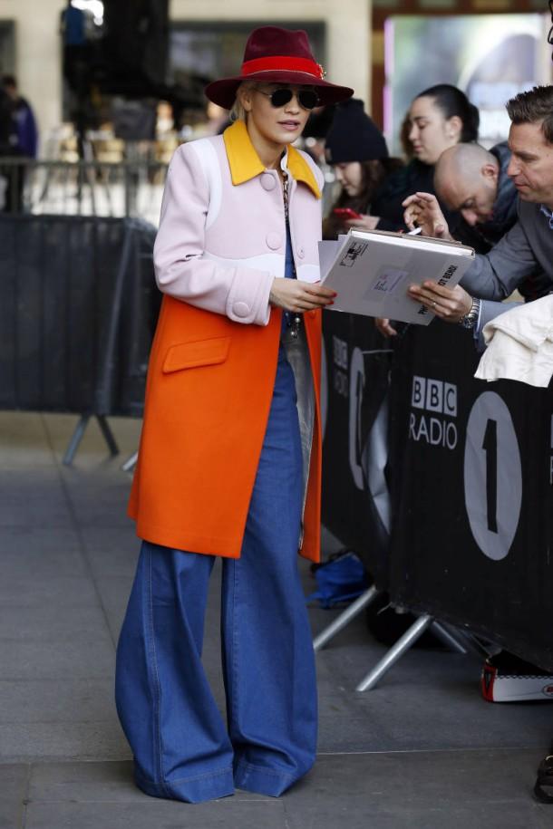 Rita Ora 610x915 Najhoršie outfity v októbri