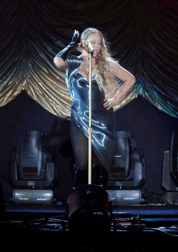 mariah carey performs at concert in china october 2014 41 610x862 Najhoršie outfity v októbri