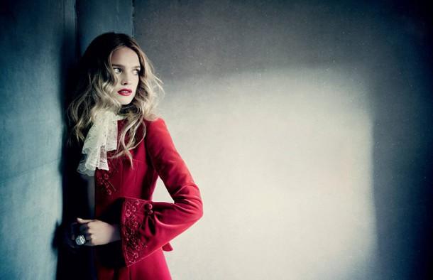natalia vodianova paolo roversi vogue russia december 2014 2 2 610x394 To najkrajšie z vianočných módnych editorálov